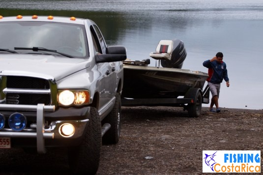 Рыбалка на озере Аренал - спускаем флот